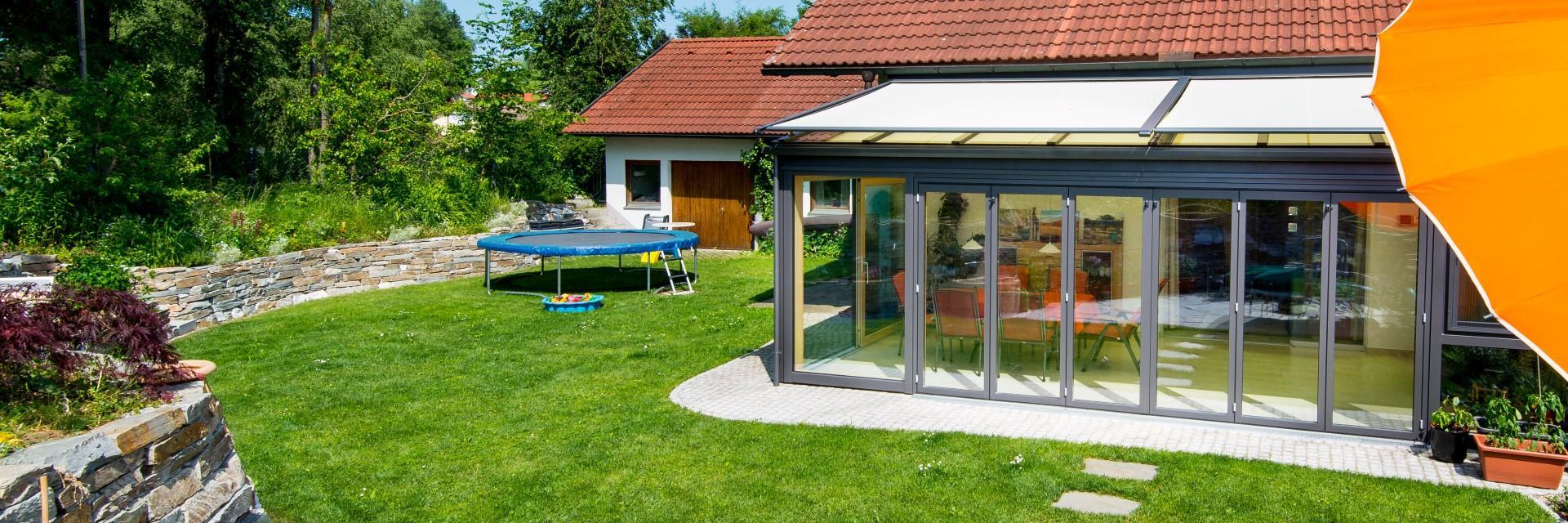 pultdach wintergarten mit gro er ffnung zum garten. Black Bedroom Furniture Sets. Home Design Ideas