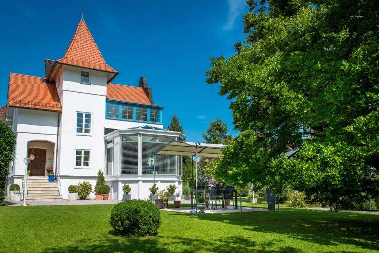Wintergarten an historisches Gebäude angefügt