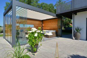 Überdachte Terrasse mit Sonnenschutz und Regenschutz