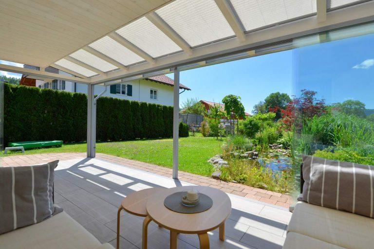 Terrasse mit Schatten und Blick auf Gartenteich