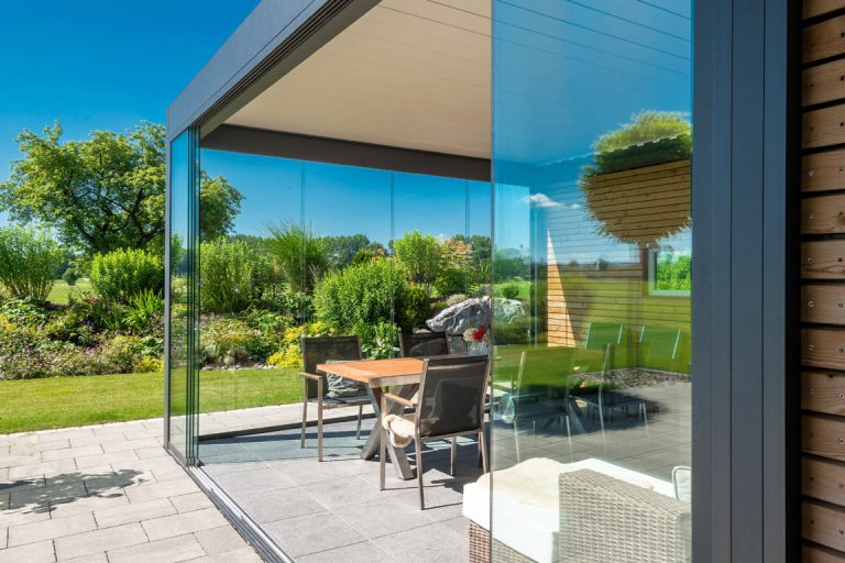 Terrassenüberdachung mit flachen, wasserabweisenden Sonnenschutzdach